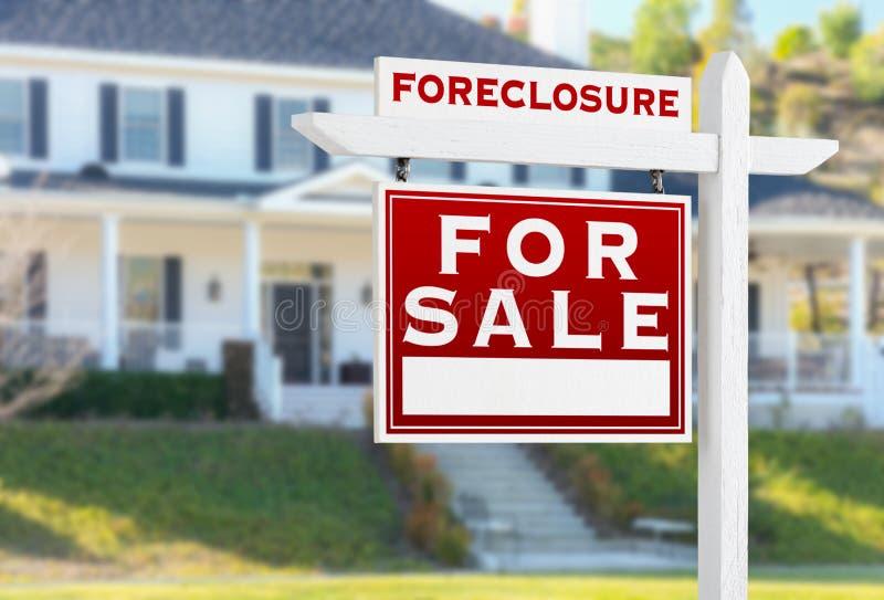 Execução duma hipoteca esquerda do revestimento para o sinal de Real Estate da venda na frente da casa imagens de stock