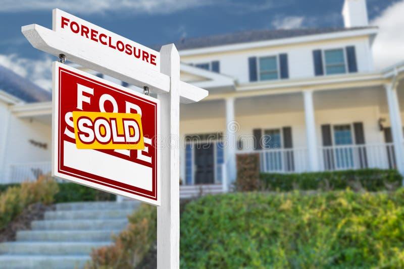 Execução duma hipoteca esquerda do revestimento vendida para o sinal de Real Estate da venda imagens de stock royalty free