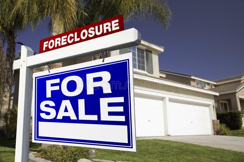 Execução duma hipoteca para o sinal e a casa dos bens imobiliários da venda imagens de stock