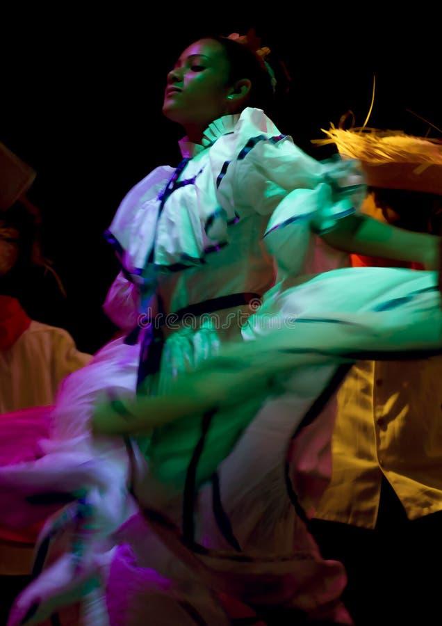 Execução folclo'rico do dançarino foto de stock