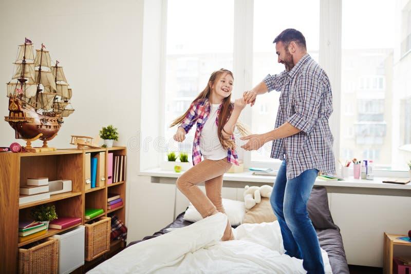 Executando a dança engraçada com filha foto de stock