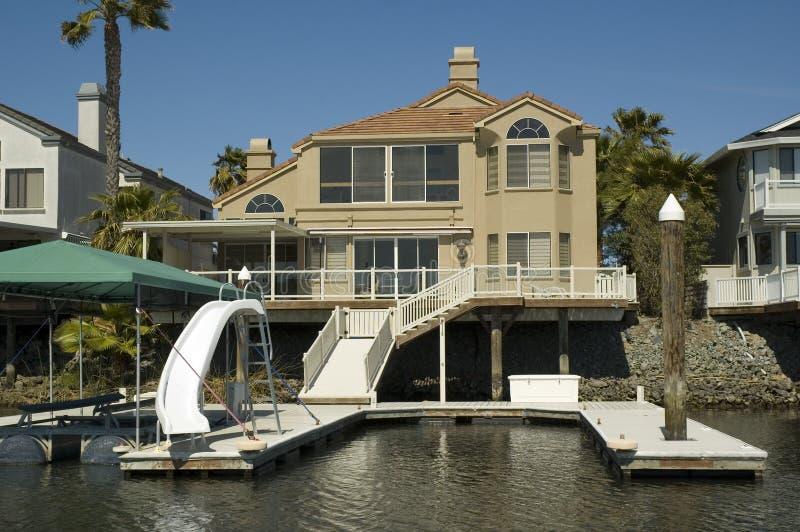 Executive hus på vattnet royaltyfria foton