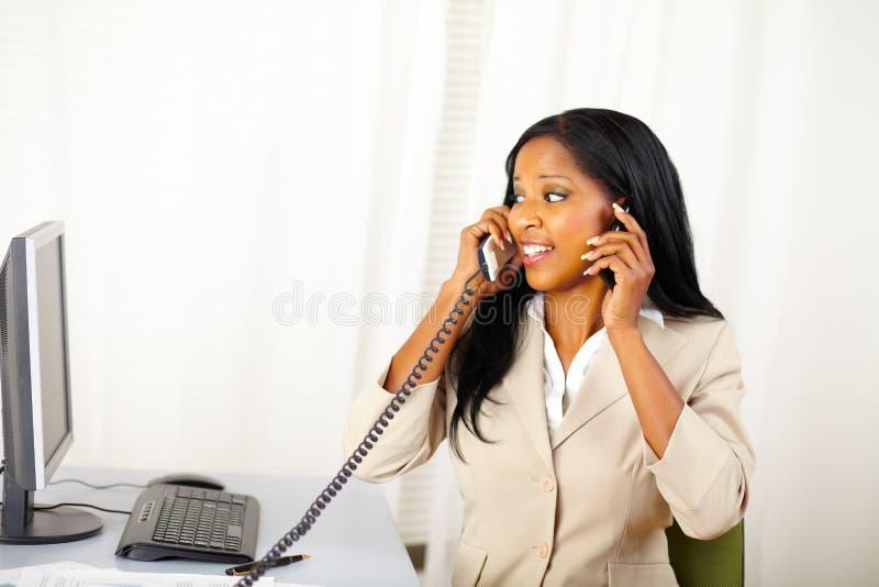 Executivfrau, die mit zwei Personen spricht stockfotografie