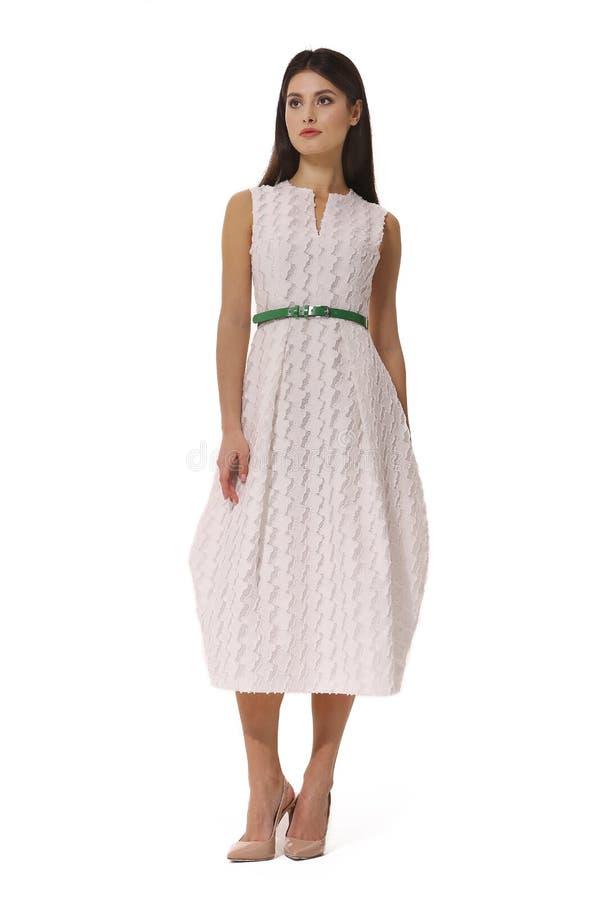 Executivo de mulher novo indiano do negócio que levanta no vestido sem mangas bege do verão formal do desenhista imagens de stock royalty free