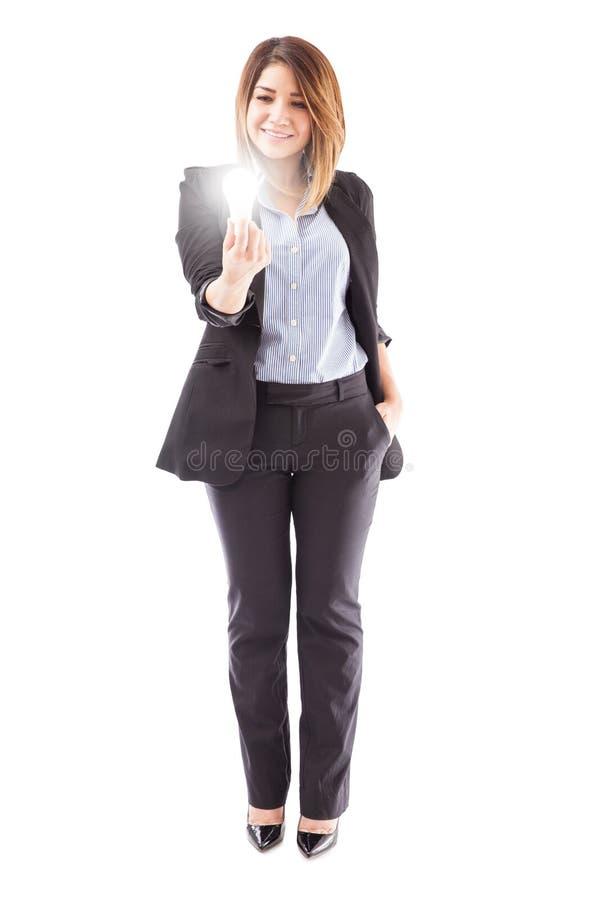 Executivo de venda que guarda uma ampola do diodo emissor de luz fotografia de stock
