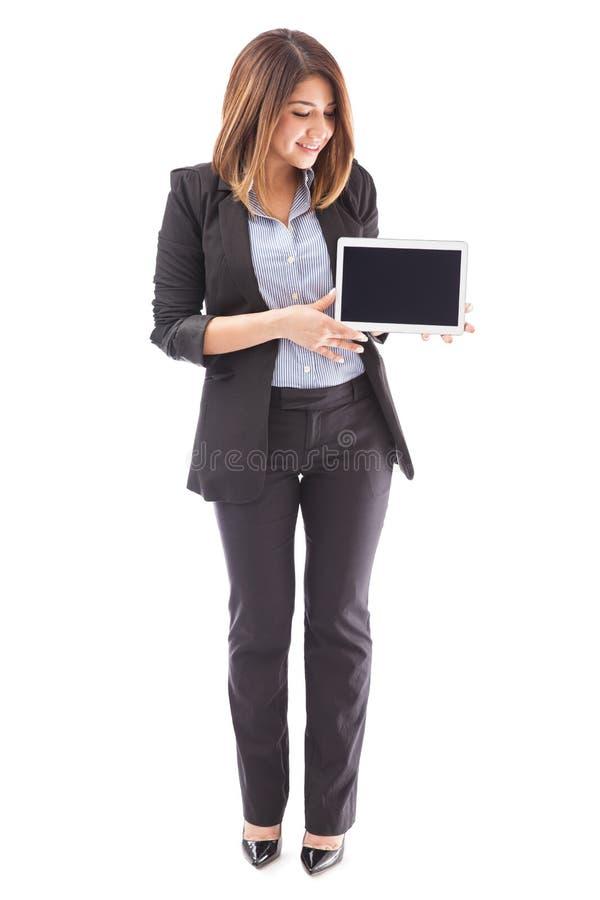 Executivo de vendas bonito com um tablet pc imagem de stock royalty free