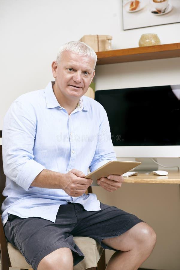 Executivo empresarial com tabuleta digital foto de stock royalty free