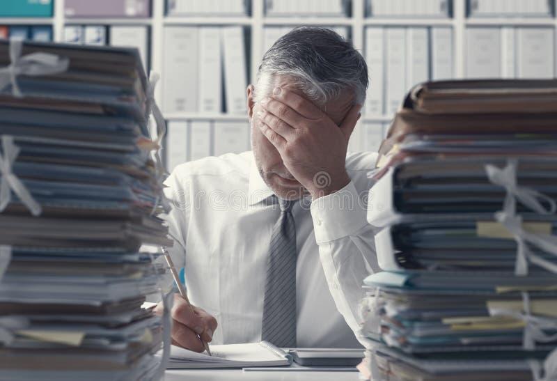 Executivo empresarial e pilhas forçados do documento imagem de stock