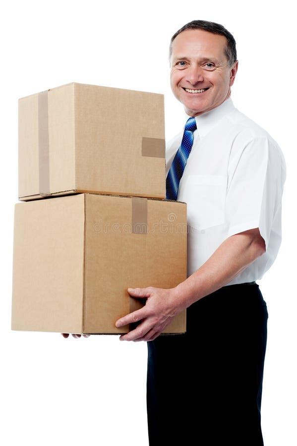 Executivo empresarial guardando caixas imagens de stock royalty free