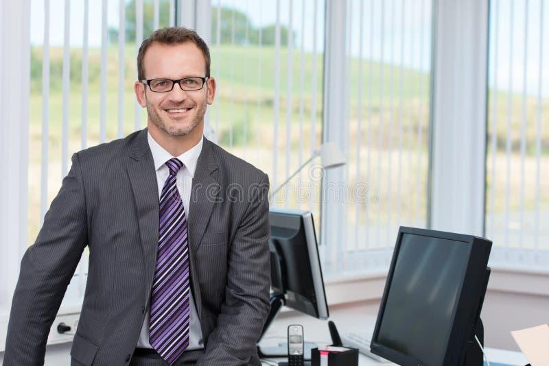 Executivo empresarial masculino bem sucedido seguro foto de stock