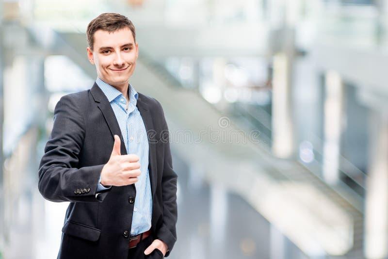Executivo empresarial masculino novo de sorriso fotografia de stock