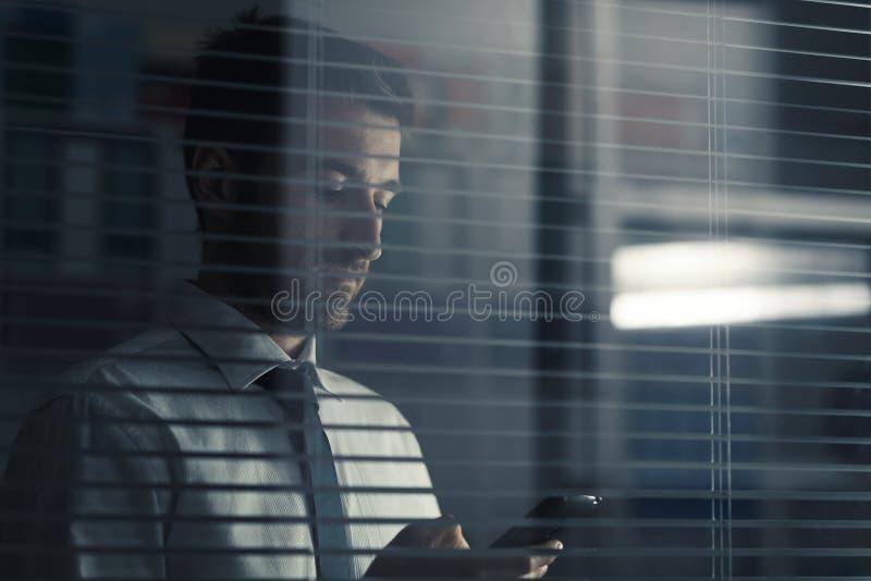 Executivo empresarial que guarda um smartphone imagem de stock