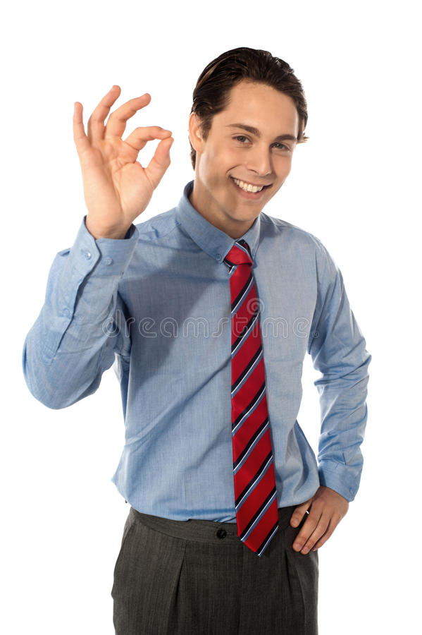 Executivo masculino que gesticula o grande sinal aprovado imagens de stock royalty free