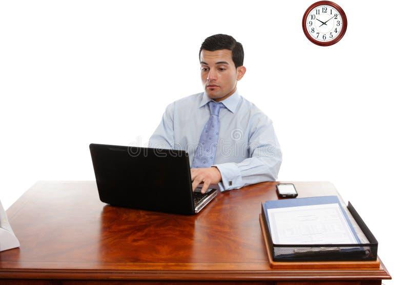 Executivo no funcionamento da mesa imagem de stock royalty free