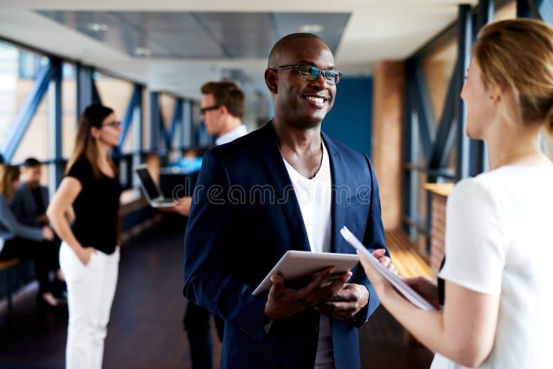 Executivo preto e executivo branco que sorri em se fotos de stock