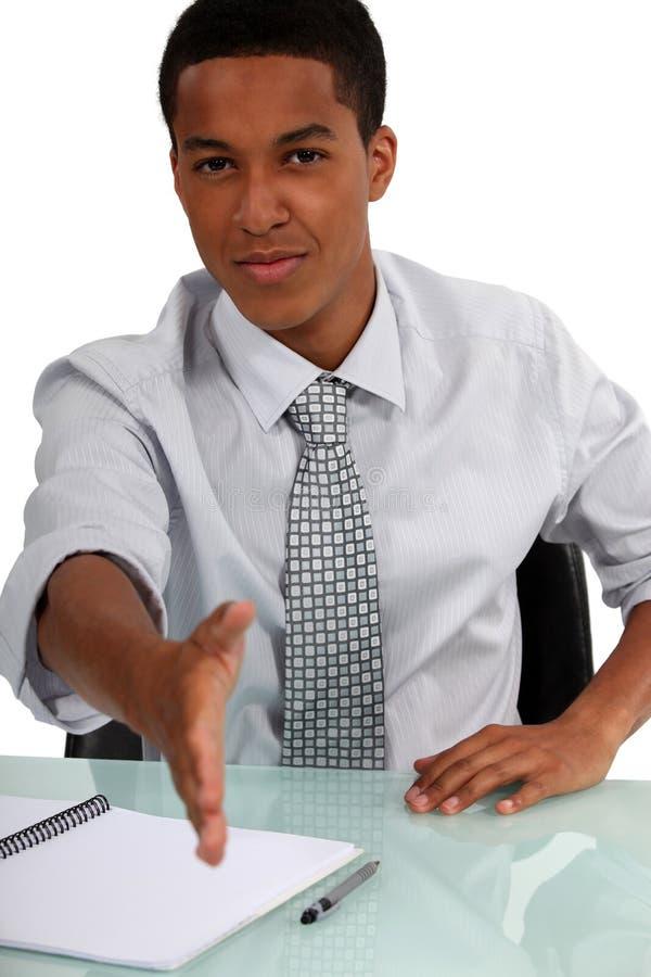 Executivo que guarda para fora a mão fotografia de stock