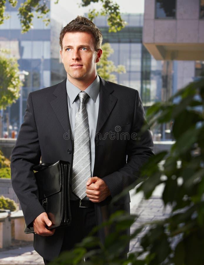Executivo que vai trabalhar com pasta imagens de stock royalty free