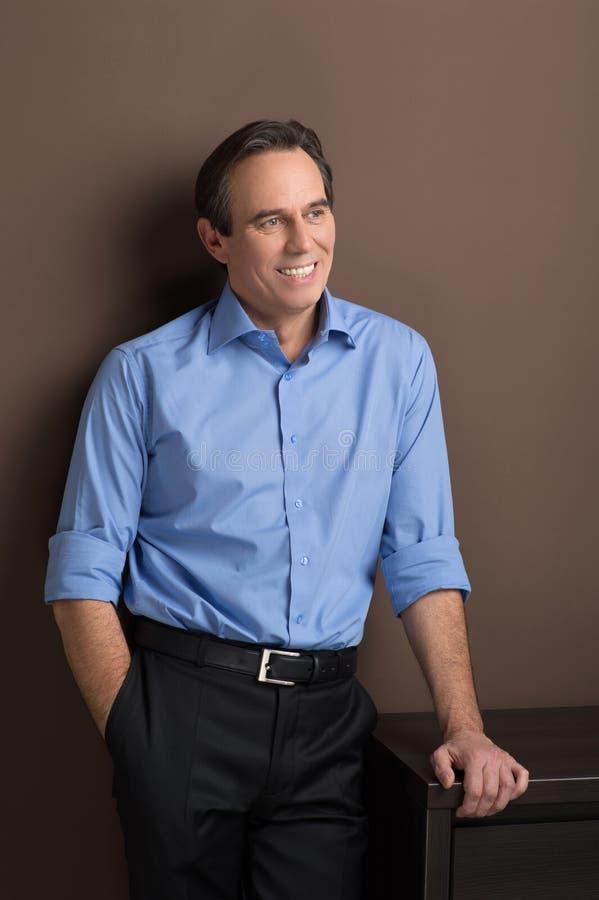 Executivo seguro e alegre. Homem de negócios maduro alegre s imagens de stock royalty free