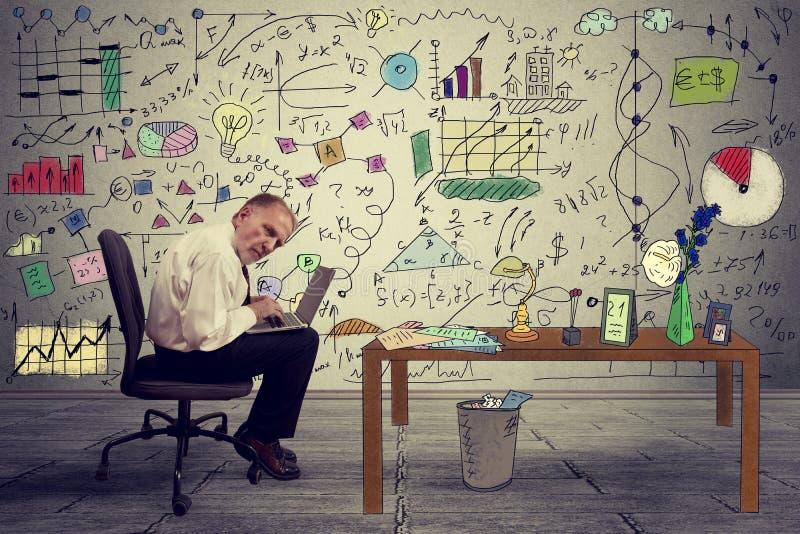 Executivo superior do homem de negócios que trabalha no portátil no escritório imagem de stock