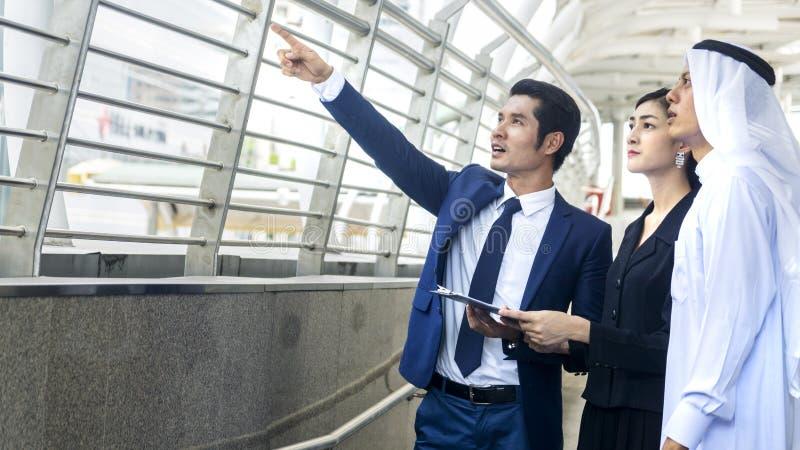 Executivos árabes asiáticos espertos conversa do trabalhador do homem e de mulher e j fotografia de stock royalty free