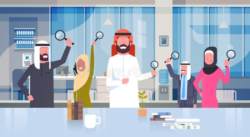 Executivos árabes do grupo que guarda lupa na pesquisa moderna de Team Of Arabic Businesspeople Making do escritório ilustração stock