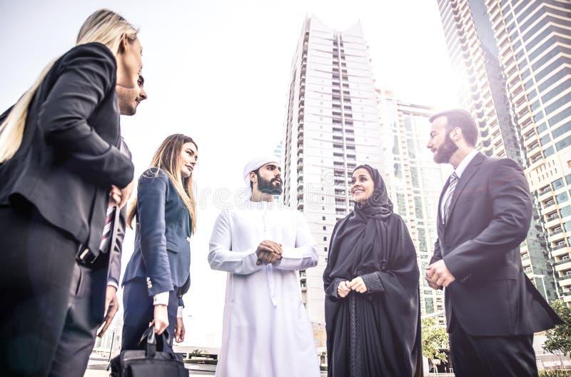 Executivos árabes e ocidentais imagens de stock