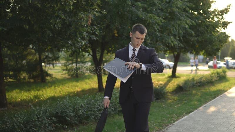 Executivos ao trabalhar perto do prédio de escritórios fotos de stock royalty free
