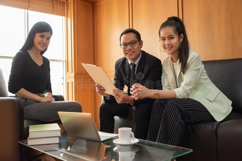 Executivos asiáticos bem sucedidos que olham a câmera fotografia de stock