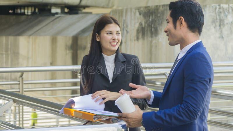 Executivos asiáticos espertos do suporte e a conversa do trabalhador junto com foto de stock royalty free