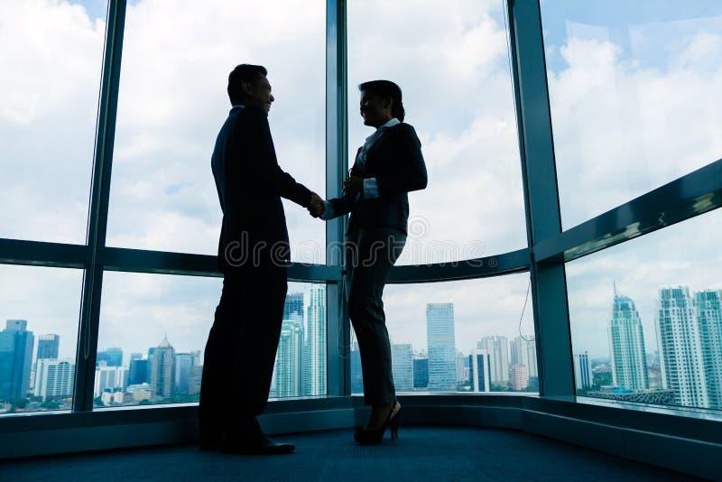 Executivos asiáticos que agitam as mãos foto de stock