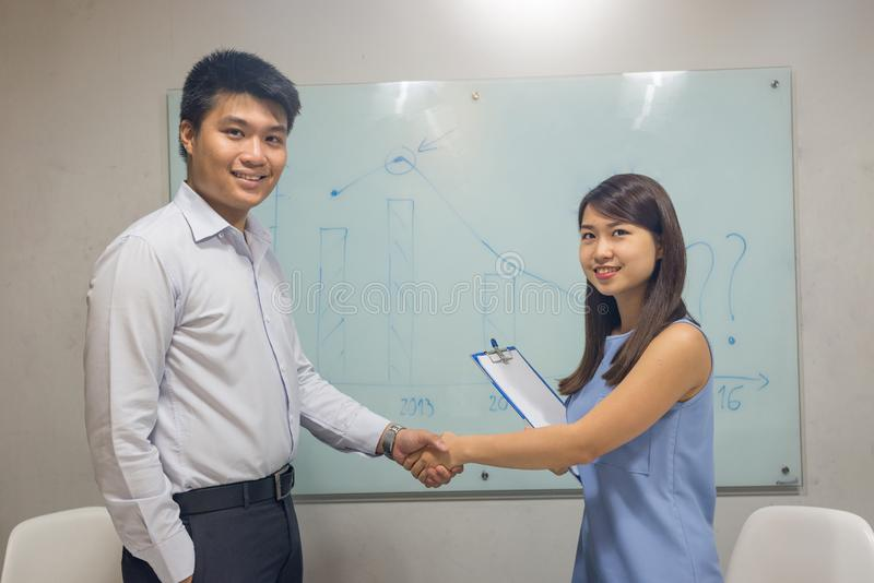 Executivos asiáticos que agitam as mãos após ter assinado o contrato imagens de stock royalty free