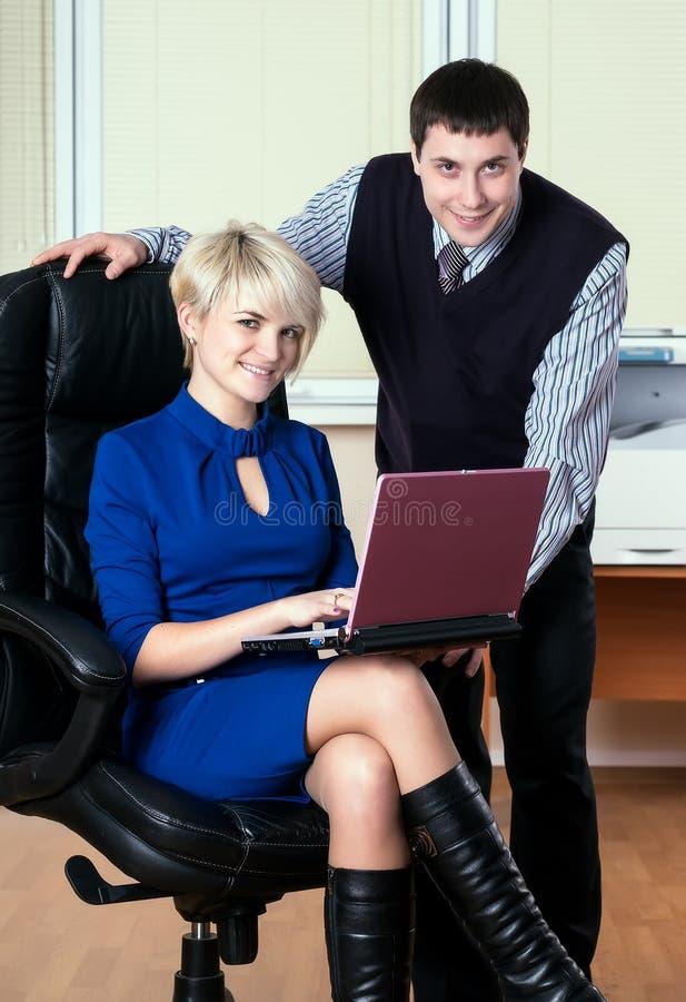 Executivos atrativos novos do trabalho com portátil foto de stock
