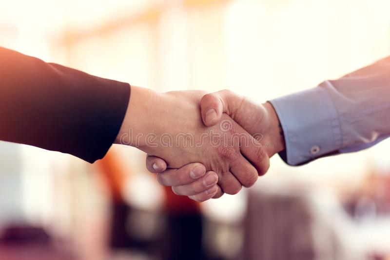 Executivos bem sucedidos do aperto de mão que fecha um negócio fotografia de stock