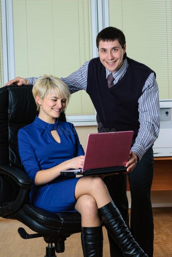 Executivos bonitos novos do trabalho com portátil foto de stock
