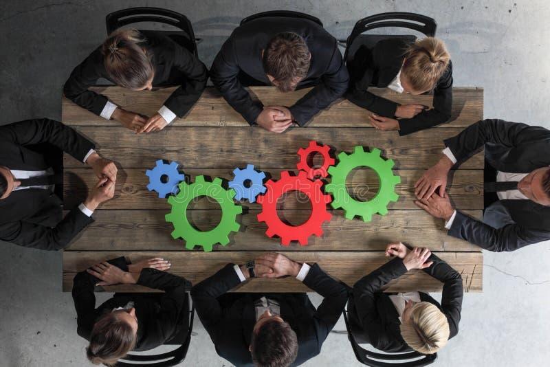 Executivos com as rodas denteadas do negócio imagens de stock royalty free