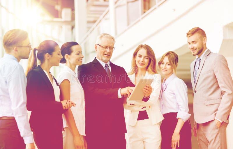 Executivos com o computador do PC da tabuleta no escritório fotografia de stock royalty free