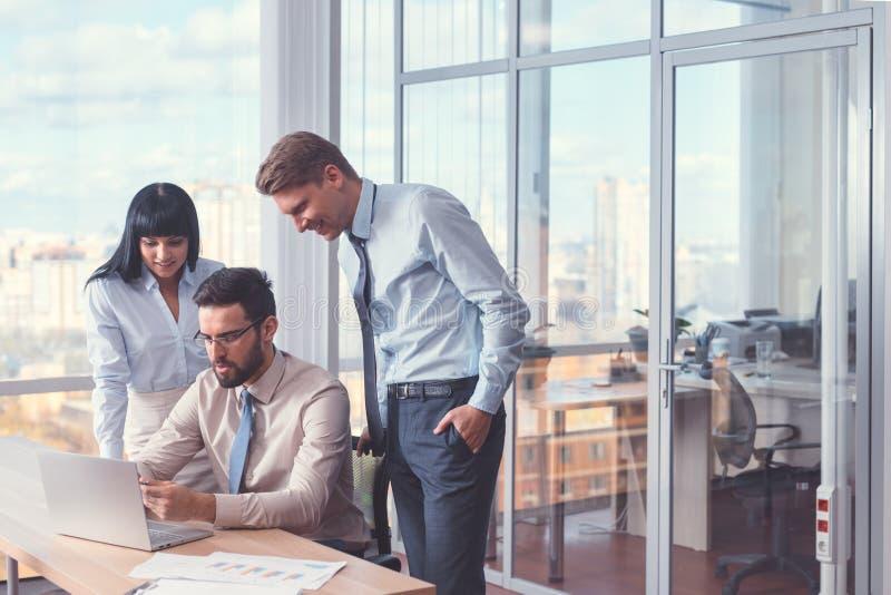 Executivos com portátil foto de stock royalty free