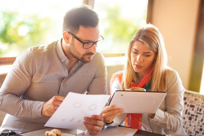 Executivos com tabuleta digital que falam e que planeiam imagem de stock royalty free