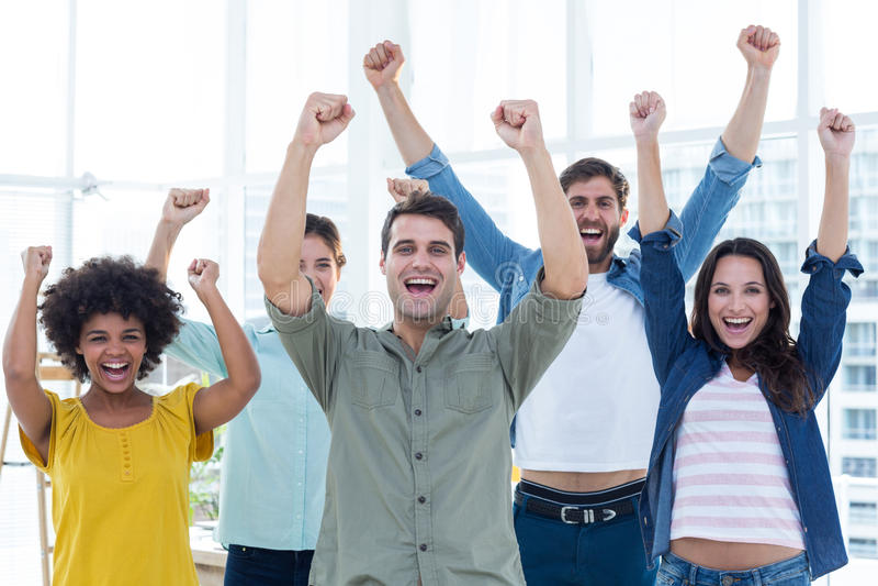 Executivos criativos novos que gesticulam o braço acima fotografia de stock