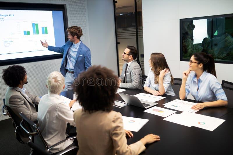 Executivos da conferência e a reunião no escritório moderno fotografia de stock