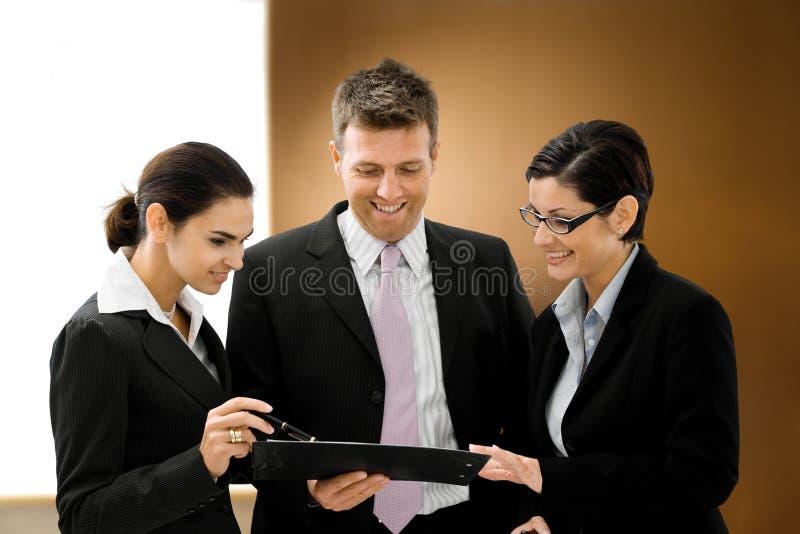 Executivos da fala imagens de stock royalty free