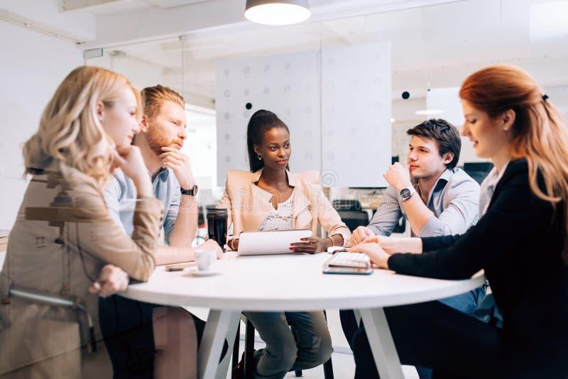 Executivos da reunião da direção no escritório moderno imagens de stock