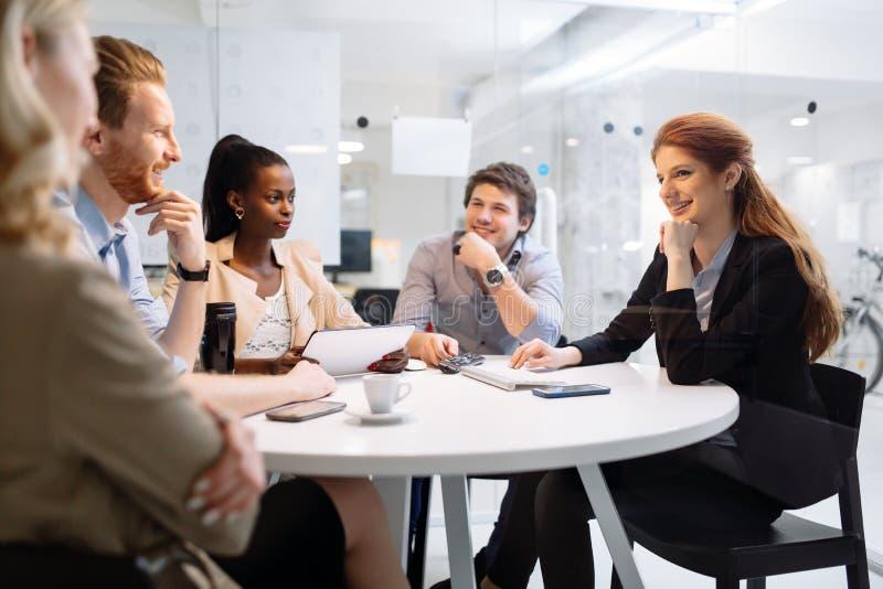 Executivos da reunião da direção no escritório moderno fotografia de stock royalty free