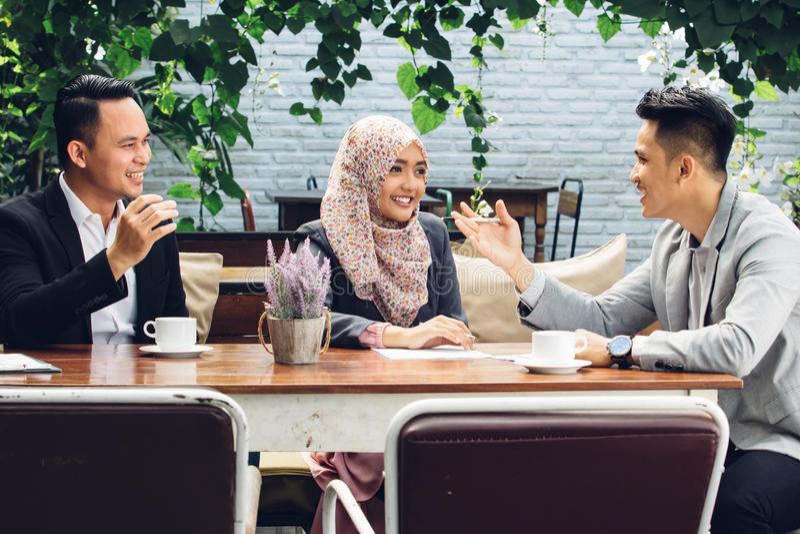 Executivos da reunião dos trabalhos de equipa no café foto de stock royalty free