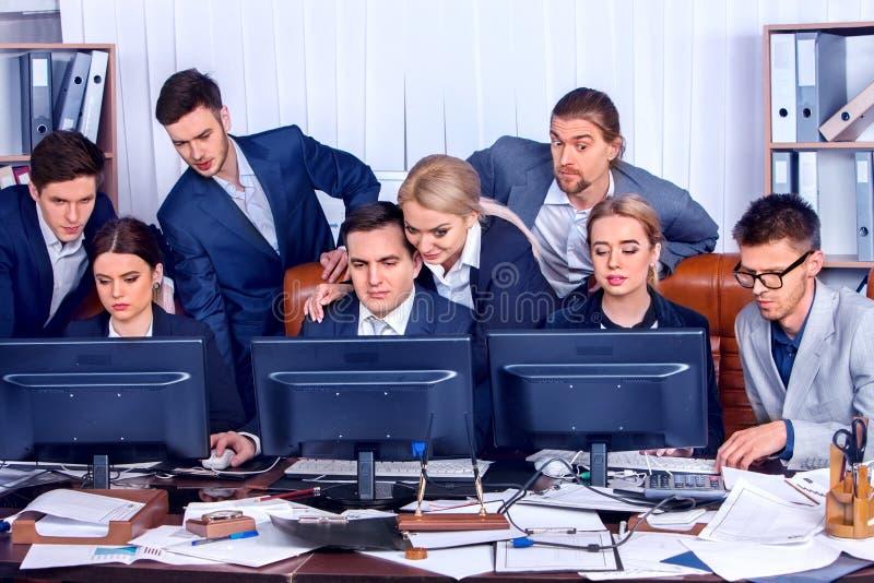 Executivos da vida do escritório dos povos da equipe que trabalham com papéis imagens de stock royalty free