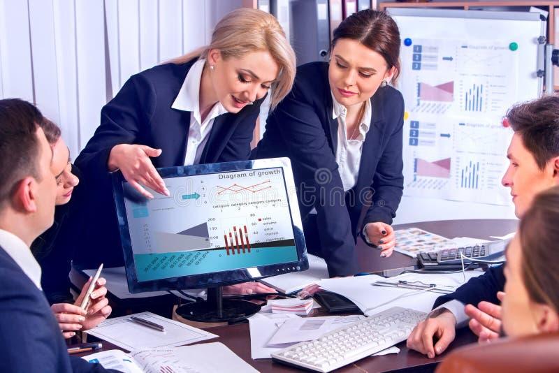 Executivos da vida do escritório dos povos da equipe que trabalham com papéis fotos de stock royalty free