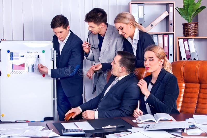 Executivos da vida do escritório dos povos da equipe que trabalham com papéis foto de stock
