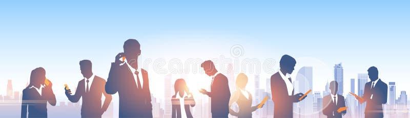 Executivos das silhuetas do grupo sobre a rede moderna do Social do escritório da paisagem da cidade ilustração royalty free
