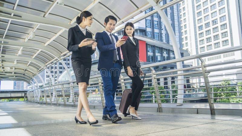 Executivos de passagem pedestre exterior da caminhada fotografia de stock
