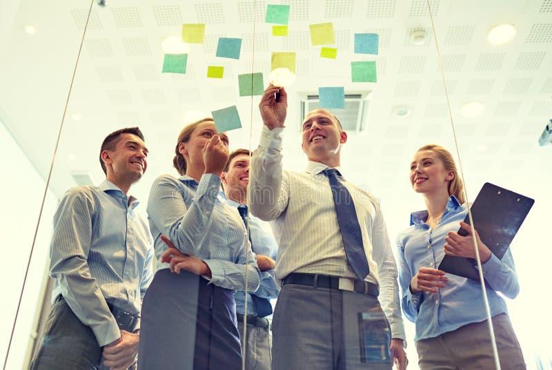 Executivos de sorriso com marcador e etiquetas foto de stock